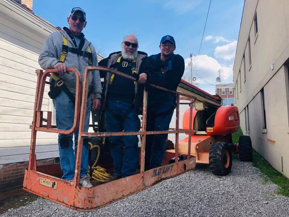 John Craft, MACED's New Energy intern, pictured with two HOMES Inc employees in whitesburg kentucky before a solar panel install.