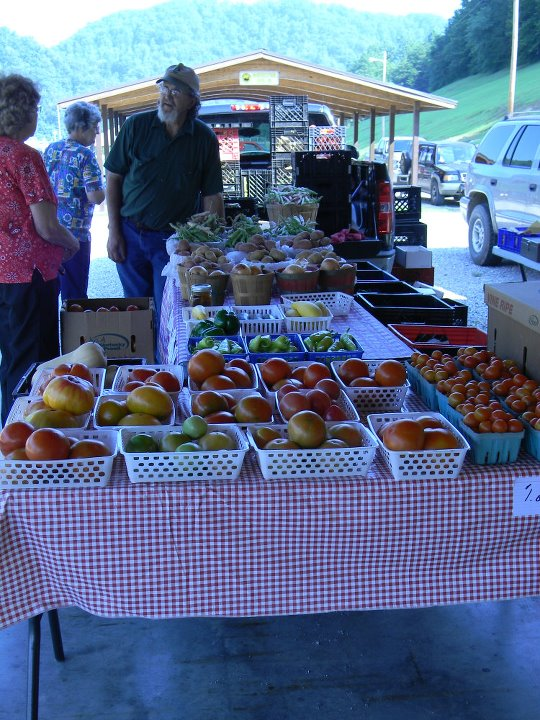 A picture of the Perry County Farmers Market, which offers Double Dollars in collaboration with Community Farm Alliance.